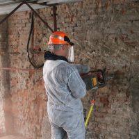 Esecuzione del taglio nella muratura per l'inserimento del martinetto piatto
